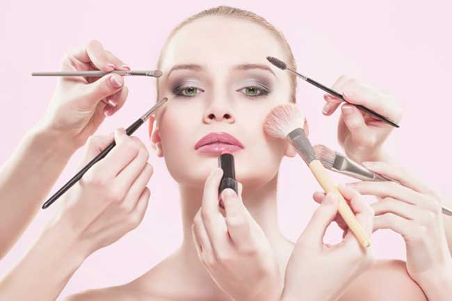 Không nên sử dụng quá nhiều mỹ phẩm trắng da mà không thực hiện bảo vệ da